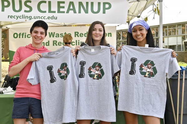 students volunteering at the campus cleanup